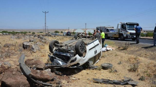 Şanlıurfada hafif ticari araç şarampole devrildi: 8 yaralı