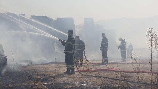 Hatayda mısır silajı balyalarının bulunduğu alanda çıkan yangına müdahale ediliyor