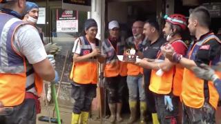 Sel bölgesinde görevli AFAD gönüllerinden arkadaşlarına doğum günü sürprizi