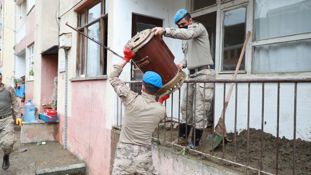 Arhavi'de temizlik çalışmaları devam ediyor