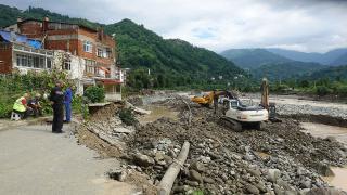 Artvin'de selde evleri yıkılan aile son anda kurtulmayı başardı