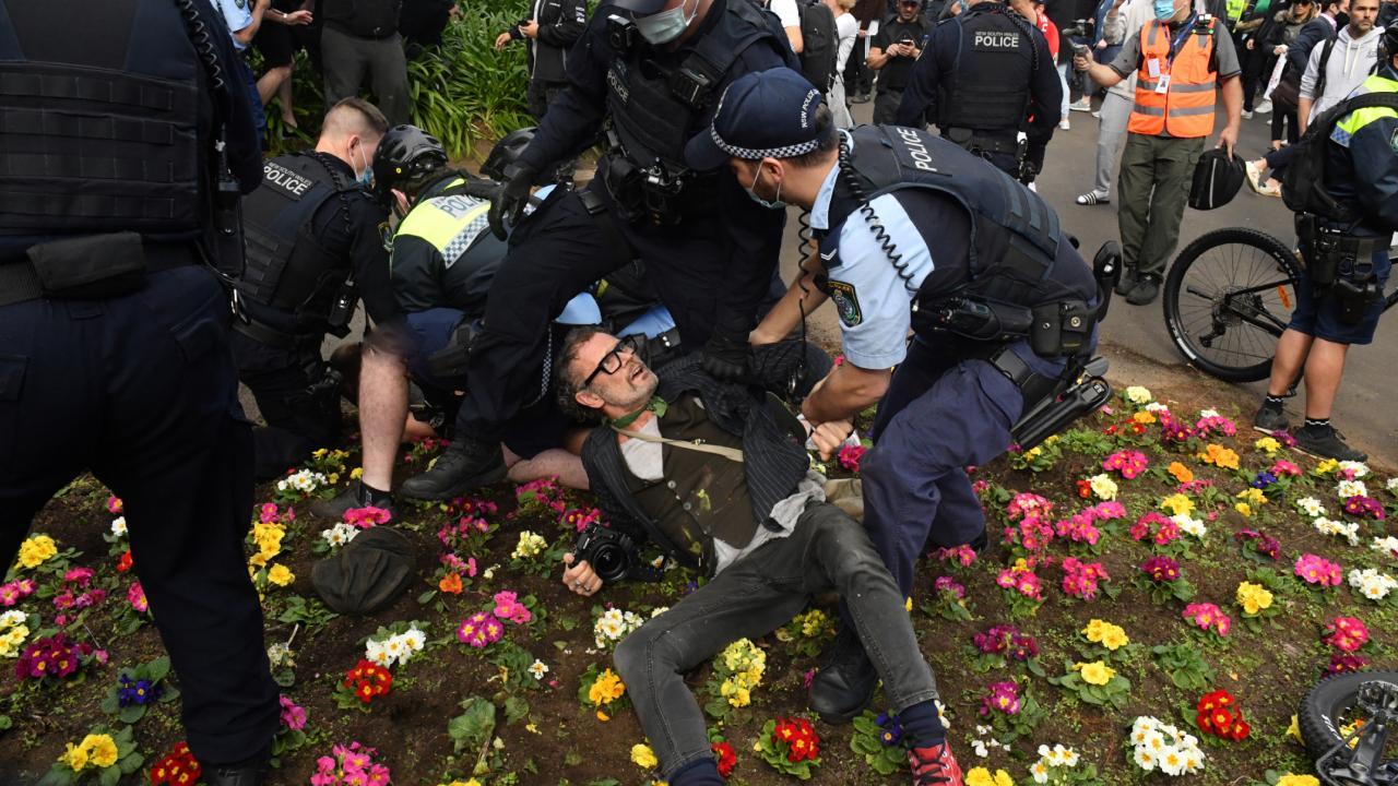 Avustralya'da yasak karşıtları eylemde: Sokaklar karıştı