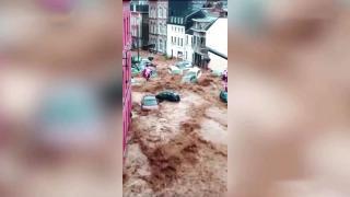 Belçika'da sokaklar göle döndü, araçlar sürüklendi