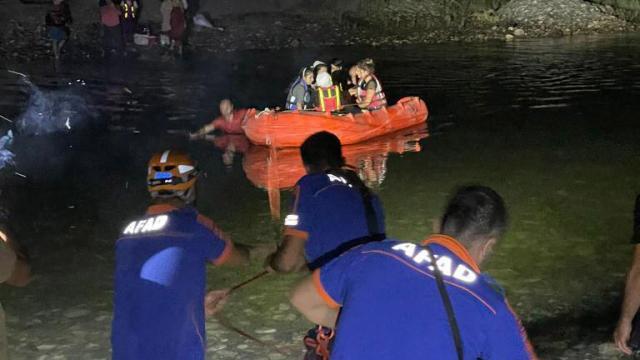 Dicle Nehri kıyısında mahsur kalan 21 kişi kurtarıldı
