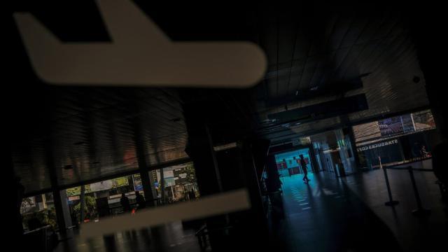 Endonezya: COVID-19 testi pozitif adam karısının kılığında uçağa bindi