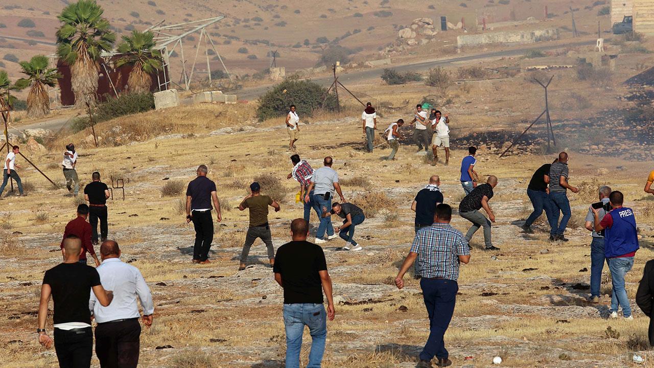 Sivil Yahudi işgalciler Filistinlilere saldırdı