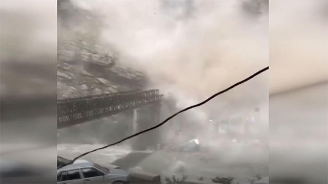 Hindistan'da yaşanan heyelan felaketi kamerada