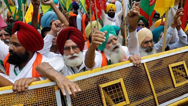 """Hindistanda çiftçiler """"tarım yasası"""" eyleminde"""