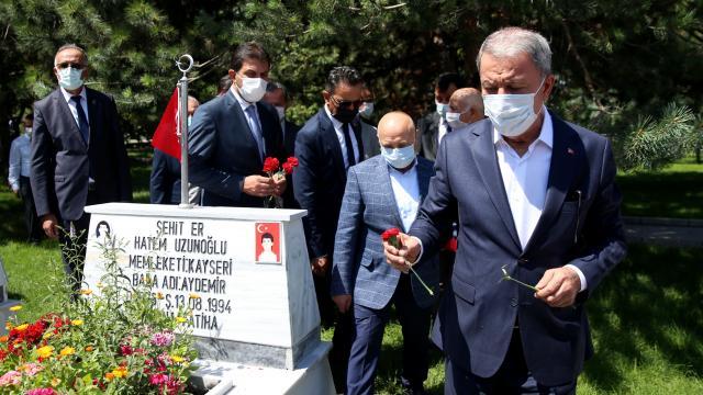 Bakan Akar, Kayseride şehitlikleri ziyaret etti