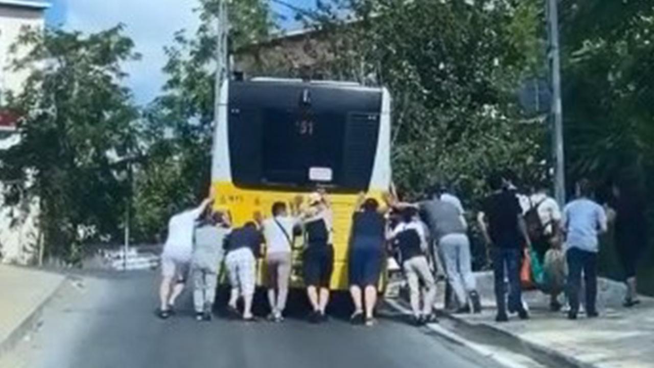 Arızalanan İETT otobüsünü yolcular itti