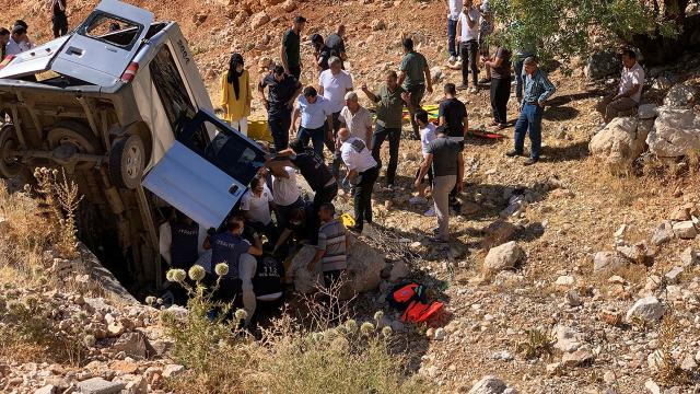 Adıyamanda minibüs şarampole devrildi: 2 ölü, 5 yaralı