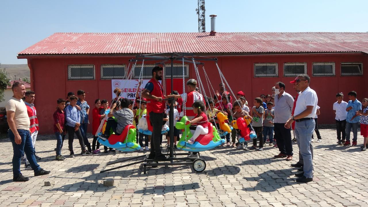 Kızılay gönüllülerinden çocuklara bayram sürprizi