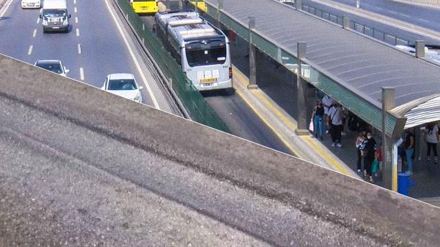 Aşırı sıcaktan metrobüs yolunda asfalt eridi