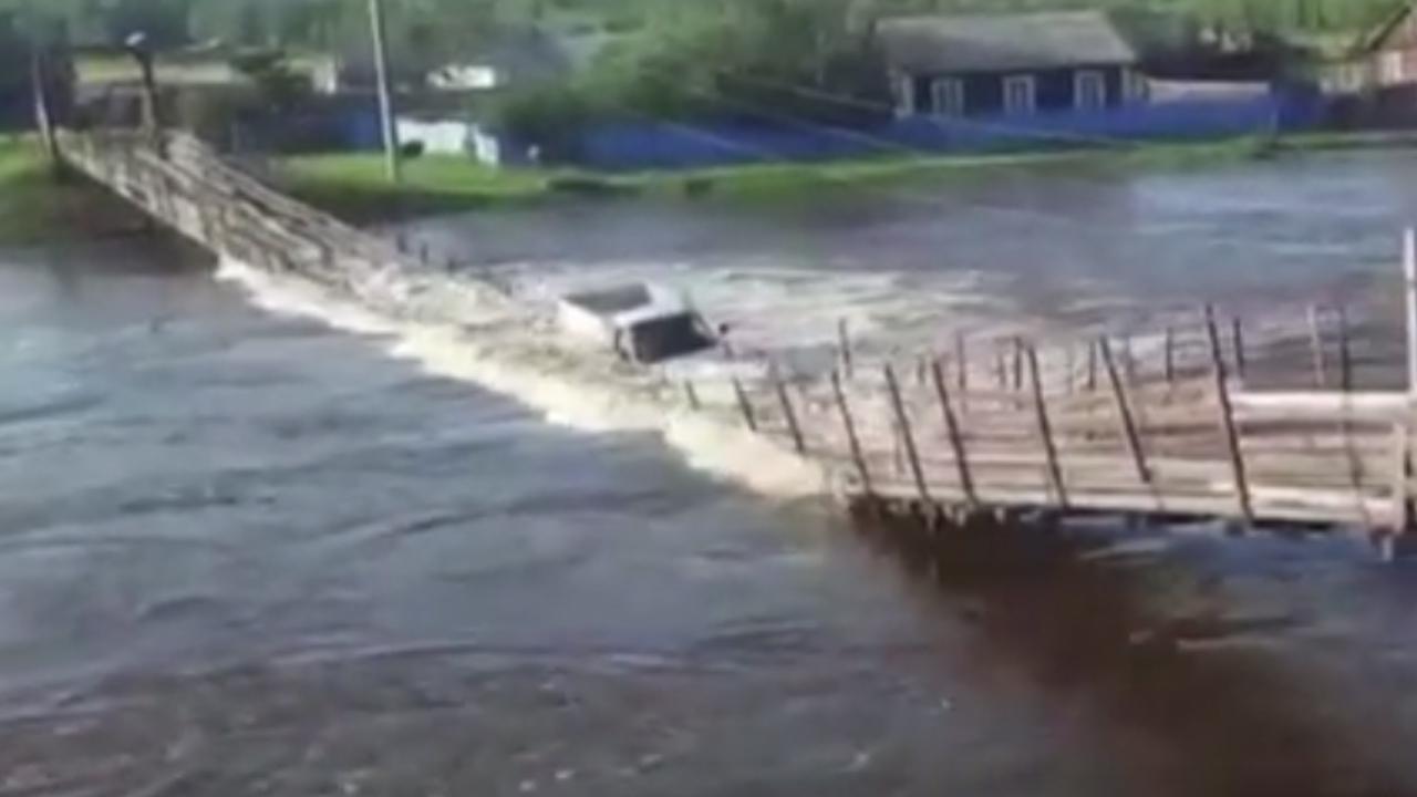 Asma köprü çöktü, araç nehre gömüldü