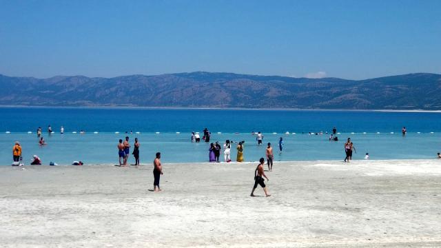 Yasağa rağmen Salda Gölü kıyısında çamur banyosu yaptılar