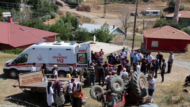 Sivasta gurbetçinin kullandığı traktör devrildi: 2 yaralı