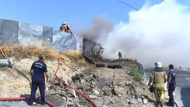 İstanbulda lastik deposunda yangın: 3 kişi dumandan etkilendi