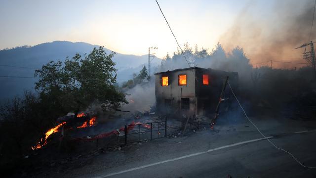 Adanada yangından zarar gören besicilere destek