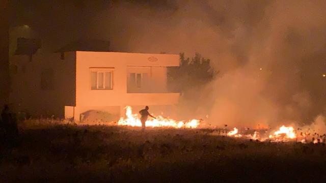 Tarlada başlayıp evlere sıçrayan yangın söndürüldü
