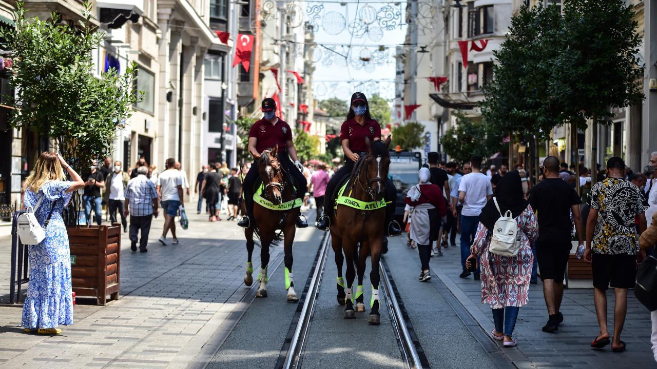 Atlı polisler İstiklal Caddesi'nde devriye gezdi
