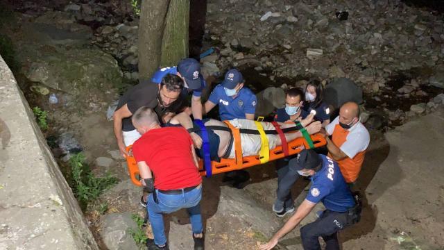 Dereye düşerek yaralanan kişiyi ekipler kurtardı