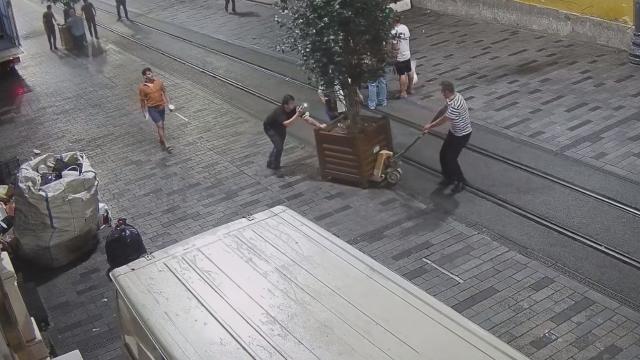 İBB, Beyoğlu Belediyesinin yerleştirdiği ağaçları kaldırdı
