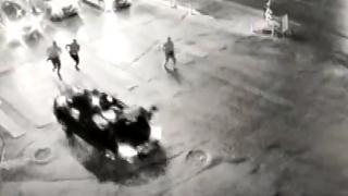 Sürücüyü engellemeye çalışırken hareket halindeki aracın üstünde kaldı