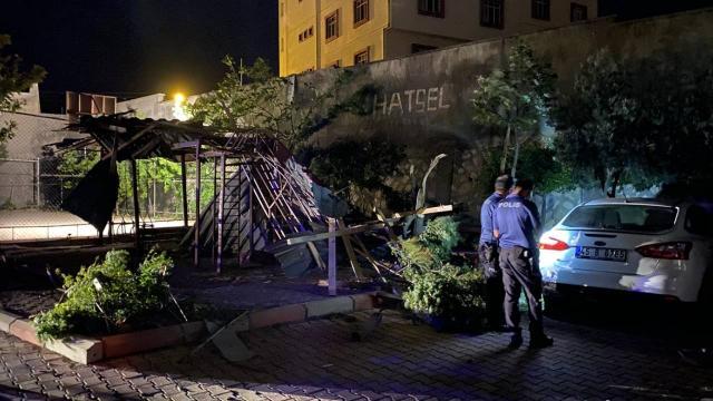 Şiddetli rüzgar nedeniyle öğrenci yurdunun çatısı uçtu