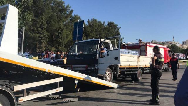 Şanlıurfada kamyonet ile motosiklet çarpıştı: 1 ölü, 1 yaralı