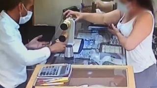 Müşteri kılığında bilezik çaldı