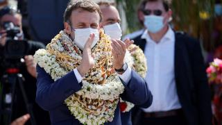 Çiçek kolyeleri Macron'u zor durumda bıraktı