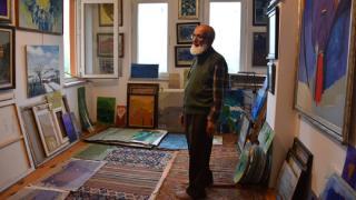 Emekli öğretmen yaşadığı apartmanı resim galerisine dönüştürdü