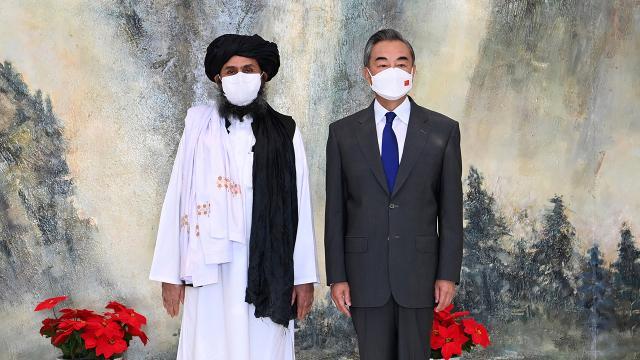 Taliban heyeti Çinde Dışişleri Bakanı Vang Yi ile bir araya geldi