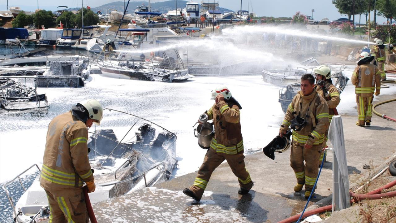 Maltepe'de yangın: 9 tekne zarar gördü