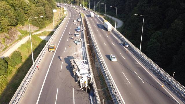 Bolu Dağı Tüneli çıkışında tır devrildi: İstanbul yönü ulaşıma kapandı