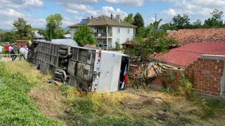 Memurları taşıyan otobüs otomobille çarpıştı: 18 yaralı