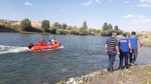 Tunceli'de çayda mahsur kalan iki çocuk kurtarıldı