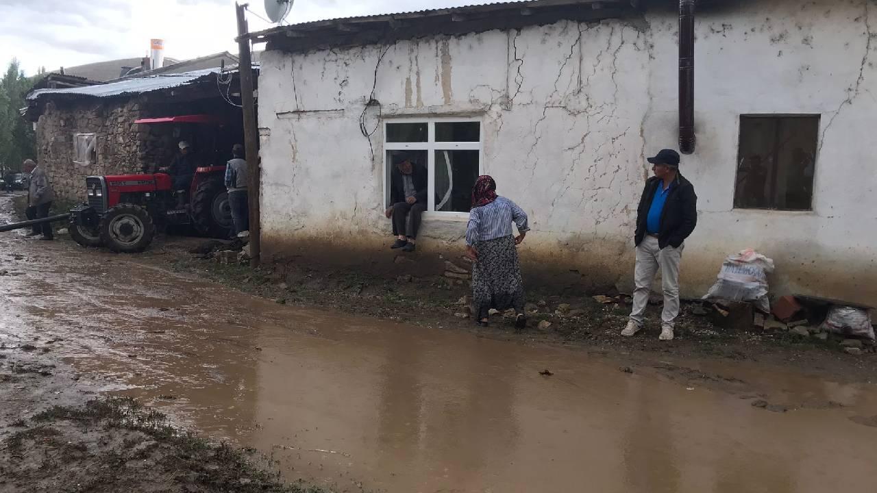 Bayburt'ta sel: Ev ve ahırları su bastı