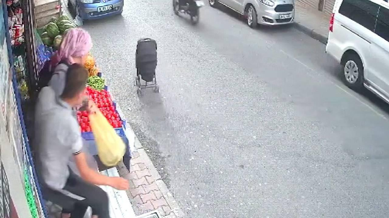 Bebek arabasını son anda yakaladı