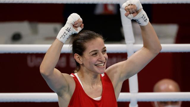 Milli boksör Buse Naz Çakıroğlu madalya almayı garantiledi
