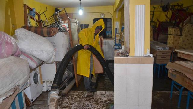 Karsta sağanak: Ev ve iş yerlerini su bastı