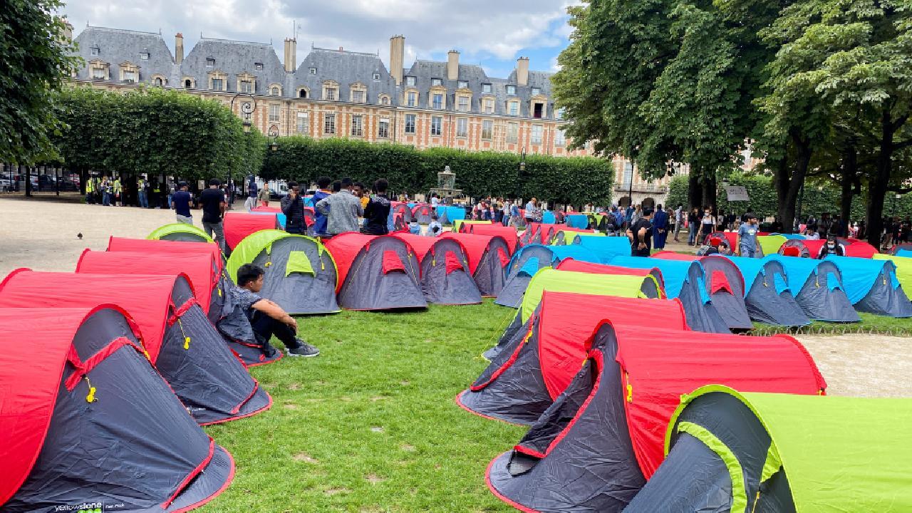 400 evsiz Paris'te çadır kurdu