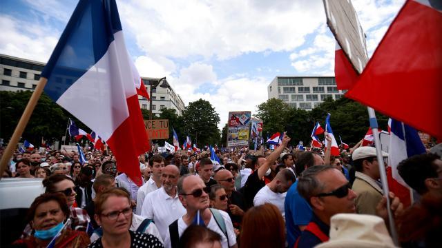 Fransada hükümetin COVID-19 ile mücadele politikası protesto edildi