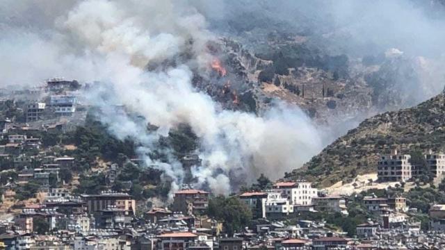 Hatayda yerleşim yerlerine yakın orman yangını