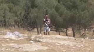 Sivil Yahudi işgalcinin, İsrail askerinin silahıyla Filistinlilere ateş ettiği ortaya çıktı