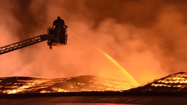 Geri dönüşüm tesisinde çıkan yangın kontrol altına alındı