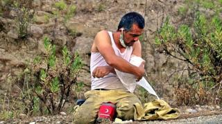 Yaralanan orman işçisi kolunu sarıp görevine koştu