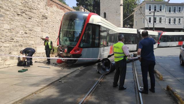 İstanbulda tramvay elektrik direğine çarptı