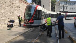İstanbul'da tramvay elektrik direğine çarptı