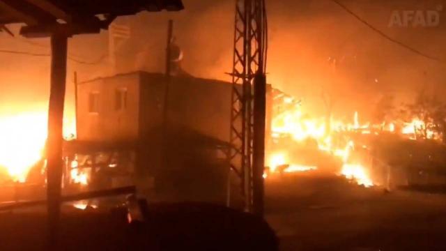 Yangında mahsur kalan anne ile kızı AFAD ekiplerince kurtarıldı